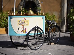 Peanuts Ice-cream bike (PeS-Photo) Tags: italia toscana cortona italy tuscany outdoor street nikon d750 nikkor 50mm f18