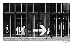 Dans la bonne direction (stephane_p) Tags: pentax biancoenero blackandwhite blackwhite bw darktable monochrome monotone nb noirblanc noiretblanc photoderue street streetphotography urbanlife bianconero paris pentaxart