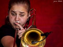 Concierto en el Nafarroa oinez (fiesta de las ikastolas navarras a favor del euskera) en Altsasua / concert at the party of euskera in navarra (javierbelasko) Tags: trombon concierto trombonista rojo microfono pendientes