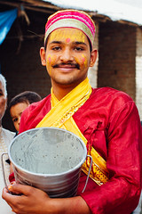 Man With Tilaka Mark & Bucket, Baldeo India (AdamCohn) Tags: 015kmtobaldevinuttarpradeshindia adamcohn baldeo baldev india uttarpradesh geo:lat=27408190 geo:lon=77822072 geotagged holi portrait street streetphotography wwwadamcohncom tilaka hindu