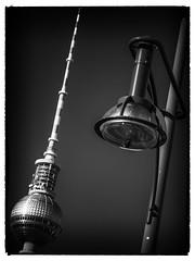 Parallelen (Art de Lux) Tags: berlin strasenlaterne linien schwarzweis sw artdelux tvtower streetlamp lines blackandwhite bw deutschland germany grafisch graphic monochrome microfourthirds mft