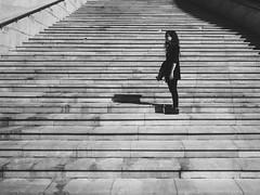 (robertosanchezsantos) Tags: bilbao paísvasco euskadi españa spain europa europe viaje travel arte art abstracto abstract ciudad city urbano urban textura person portrait retrato calle street gente carretera edificio arquitectura architecture líneas museo guggenheim museum reflejo reflection muro escaleras stairs blancoynegro blackwhite