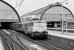 NMBS 1505 met TEE, Amsterdam CS (peter.velthoen) Tags: neg19598 agfa monochrome trein train amsterdamcs petervelthoen stationskap inox transeuropaexpress