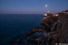 cae la noche (josmanmelilla) Tags: melilla mar nocturna luna pwmelilla pwdmelilla flickphotowalk pwdemelilla azul sony