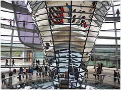 In der Reichstagskuppel (magritknapp) Tags: berlin reichstag reichtagskuppel spiegeltrichter menschen reichstagdome mirrorfunnel people coupolereichstags entonnoiràmiroir personnes