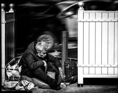 Quelque part dans la ville... / Somewhere in the city... (vedebe) Tags: ville city rue urbain urban urbanarte noiretblanc netb nb bw monochrome société social homme humain human people