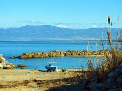 IMG_2060 - sulla battigia (molovate) Tags: mare baia barca tafme motore fuoribordo volate pesca pescatore battigia bagnasciuga canne golfo cielo molovate barriere frangiflutti marine spiaggia