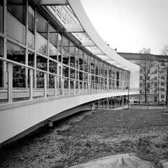 Töölön Kirjasto (Mikael Neiberg) Tags: architecture töölö helsinki library kirjasto modernism aarneervi 70´s building park monochrome
