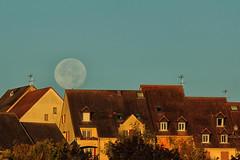 Roule ma poule!! Auxerre, 26/09 (jjcordier) Tags: lune pleinelune toit matin astronomie