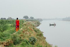 Farmer Woman Walking Along River, Uttar Pradesh India (AdamCohn) Tags: adamcohn india mathura vrindavan boat crop farmer harvest holi river woman wwwadamcohncom gauhari uttarpradesh