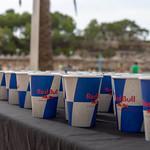 Red Bull Papierbecher mit Erfrischung für die Triathleten thumbnail