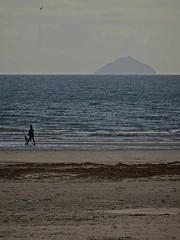 Teacake (Bricheno) Tags: woman dog 蘇格蘭 स्कॉटलैंड σκωτία river stevenston clyde estuary firthofclyde bricheno scotland scozia szkocja scoția schottland écosse escocia escòcia ayrshire beach ailsacraig
