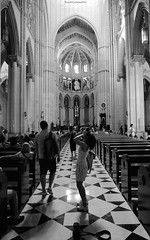 Photographs within a church - Fotografias dentro de una iglésia (ricardocarmonafdez) Tags: madrid ciudad city light shadows nikon d850 24120f4gvr laalmudena catedral iglesia church cathedral people arquitectura architecture monocromo monochrome blackandwhite bn