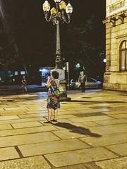 fazendo a hora (lucia yunes) Tags: noite entardecer rua cenaderua fotografiaderua fotoderua mobilephotographie mobilephoto mulher motozplay luciayunes streetphoto streetshot streetphotography streetscene streetlife lifestreet lifestyle