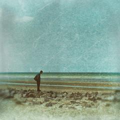 Prendre de la hauteur !!! (Des.Nam) Tags: plage mer merdunord personne people chien ciel sable sand fuji fujinon fujixpro2 xpro2 xpro2square xprostreet texture desnam rayures street streetphotographie square bleu blue blur textured analogefex