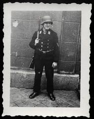 Archiv R260 Posten stehen, Frankreich, Boulonge, August 1941 (Hans-Michael Tappen) Tags: archivhansmichaeltappen fotorahmen drittesreich thirdreich nazigermany uniform wehrmacht soldat wwii posten gewehr postenstehen boulonge frankreich 1941 1940s 1940er