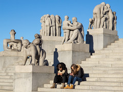 human interaction - back then and .. now... (Soenke HH) Tags: vigelandpark skulturen skulpturenpark oslo noway norwegen gustavvigeland sinnataggen kinder eltern mutter vater kind beziehungen kontrast handy socialmedia play playing gegensatz olympus e5 swd1260 sculptures art monolith park museum people interaction ignorance past future vergangenheit familie family blue gray girls