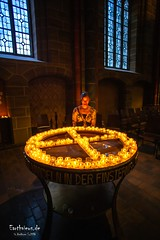 und wandeln in der Finsternis (Stefan Beckhusen) Tags: candles pray prayer churchcandles woman girl bremen hansestadtbremen cathedral dome church religion indoor spirituality building architecture environment ambiente ancient medieval wideangle city town