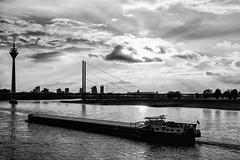 Düsseldorf - Rheinschiff (KL57Foto) Tags: 2018 düsseldorf germany herbst kl57foto landeshauptstadt nrw nordrheinwestfalen omdem1 oktober olympus rhein schiff rhine ship river schwarzweis