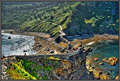 Escaleras hacia San Juan de Gaztelugatxe (Jose Roldan Garcia) Tags: san juan de gaztelugatxe naturaleza luz colores sombras agua árboles rocas mar escaleras gente euskadi vizcaya españa