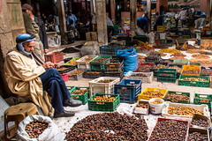 Date seller in Rissani, Morocco (Phototravelography) Tags: vente market exotic morocco datteln mercato headscarf vendita seller dates turban rissani production simple einfach blue marché semplice northafrica colori oriental datteri brown cheap couleurs maghreb fruit dattes yellow