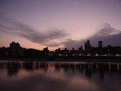 P1055541_LR (enno7898) Tags: panasonic lumix lumixg9 dcg9 1240mm f28 nightview riverbank river reflection cityscape sky twilight dusk sunset landscape
