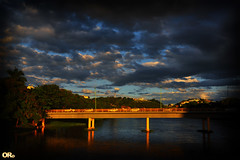 Dark clouds and bright bridge (Otacílio Rodrigues) Tags: natureza nature ponte bridge rio river carros cars tráfego traffic urban árvores trees nuvens clouds reflexos reflections montanha mountain resende brasil oro