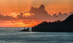 Faro da illa de Tambo (Perurena) Tags: faro lighthouse luz light isla island cielo sky puestadesol sunset solpor nubes clouds riadepontevedra mar sea oceanoatlantico galicia