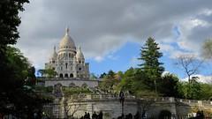 Coup de foudre pour Montmartre et le Sacré-Cœur !!! (ViveLaMontagne67) Tags: france paris montmartre buttemontmartre basiliquedusacrécœur sacrécœur basilique monument nuageux ensoleillé sunny cloudy sky trees park people building 250v10f