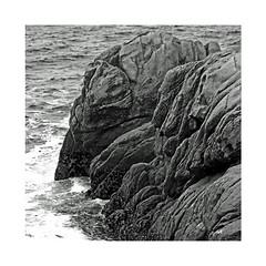 Les rochers (Yvan LEMEUR) Tags: rochers côterocheuse finistère mer sea vagues nature nb noiretblanc bw blackandwhite extérieur bretagne france marine maritime