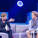 Britta Weddeling zeigt mit Hand auf Nico Rosberg thumbnail