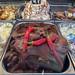 Schokoladen-Chili Eiscreme mit roten Chilischoten in einer Eisdiele
