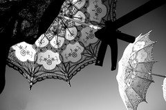 Sonnenschutzfaktor (StellaMarisHH) Tags: europa spanien kanaren canaren grancanaria maspalomas markt schirm sonnenschirm sommer hitze sw bw canon canoneos60d eos60d 60d sigma18200 sigma photoscape