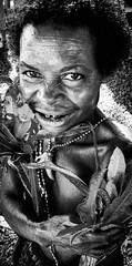 Sing Sing (pguiraud) Tags: singsinge papua papouasienouvelleguinée sergeguiraud jabiruprdo oéanie tribus ethnies tribes portrait enfants ornementnasal coiffe asaro masquedeboue hommesboue huli tari madang enga