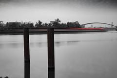 Kaiserleibrücke... (hobbit68) Tags: boote fujifilm xt2 boats frankfurt brücken bridge wasser water river fluss schwarzweis blackwhite