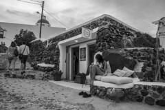 Pies descalzos (Nebelkuss) Tags: santorini firostefani grecia greece islasgriegas greekislands blancoynegro blackandwhite bw callejeras street fujixpro1 fujinonxf18f2