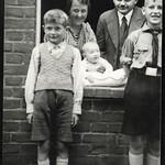 Archiv R559  Familienfoto, Stendal, 1930er thumbnail