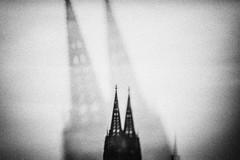 3299 (Elke Kulhawy) Tags: verschwommen kölner dom colognecathedrale blackandwhite monochrome art kunst grain city cologne germany