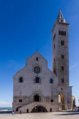13112016-IMGP5337 (Mario Lazzarini.) Tags: cattedrale campanile romanico pugliese cielo mare rodone finestre historic old sea trani puglia italy chiesa