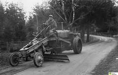 tm_5567 (Tidaholms Museum) Tags: svartvit positiv grusväg fordon väghyvel