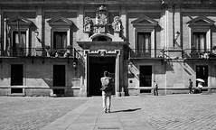 El fotógrafo y la fachada - The photographer and the facade (ricardocarmonafdez) Tags: madrid ciudad city cityscape urbanscape ventanas windows puertas doors sunlight light shadows people streetphotography nikon d850 24120f4gvr monocromo monochrome blackandwhite bn