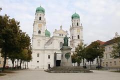 Passau: Dom St. Stephan und Denkmal für König Max I. Joseph von Bayern (Helgoland01) Tags: passau niederbayern bayern deutschland germany dom church kirche denkmal monument barock