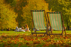 Autunno in relax / Relaxing in autumn (Green Park, London, United Kingdom) (AndreaPucci) Tags: london londra uk autumn relaxing deckchairs andreapucci green park