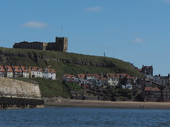 Blick auf Whitby Abbey (Pico 69) Tags: whitby hafen wasser landschaft england natur ruine pico69