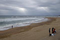 Platges per passejar.....Playas para pasear. (AviAntonio) Tags: persones tardor núvols ones otoño nubes olas barcelona raigsdesol rayosdesol
