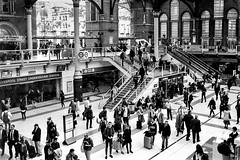 Liverpool Street Station. (parnas) Tags: liverpoolstreetstation london england uk zwartwit blackandwhite blackwhite analoog film ilforddelta station trainstation streetphotography straat