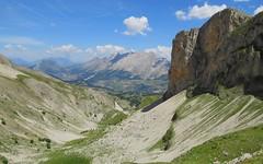 Regard arrière en remontant le Vallon de Corne (12h54) (ViveLaMontagne67) Tags: france alpes alpen alps dévoluy bure aurouze vallon vert bleu pierriers falaises ensoleillé sunny cliffs green blue sky mountain landscape valley