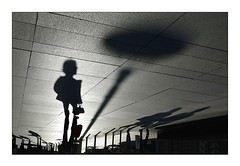 Déplacement urbain (Marie 35 (140)) Tags: passagepietonnier contraste contrejour ombresportées personnes street urbain monochrome miseenscène ombres