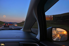 Moonrise and sunset on the road (Otacílio Rodrigues) Tags: carros cars estrada grama painel panel outdoor highway lua moon sol sun moonrise pôrdosol sunset céu sky retrovisor rearview viadutra brasil oro hondafit