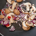 Pilze, Zwiebeln und Chili in einer Pfanne werden angebraten